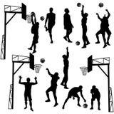 Schwarze Schattenbilder von den Männern, die Basketball auf einem weißen backgroun spielen Lizenzfreie Stockbilder
