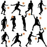Schwarze Schattenbilder von den Männern, die Basketball auf einem weißen backgroun spielen Lizenzfreie Stockfotos