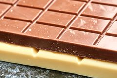 Schwarze Schokolade liegt auf dem Weiß auf Tabellenschokoladennahaufnahme Lizenzfreie Stockfotos