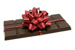 Schwarze Schokolade mit rotem Bogen Lizenzfreies Stockfoto