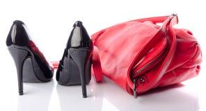 Schwarze Schuhe der hohen Absätze mit einer roten Handtasche Lizenzfreies Stockbild