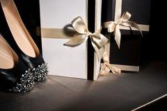 Schwarze Schuhe der Zusammensetzung mit Spitzen Stockbild