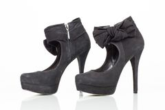 Schwarze Schuhe des Velourslederhohen absatzes Stockfotos