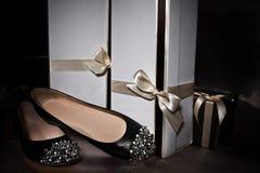 Schwarze Schuhe mit Spitzen und Geschenkboxen Stockfotos