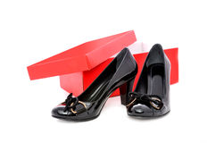 Schwarze Schuhe und roter Kasten Stockfotos