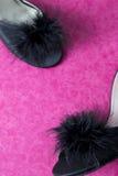 Schwarze sexy Maultier-Pantoffel-Schuhe auf Rosa Stockbilder