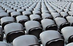 Schwarze Sitze der Reihen Stockfoto
