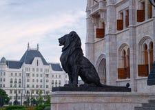 Schwarze Skulptur des Löwes in Budapest, Ungarn Lizenzfreie Stockfotos