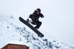 Schwarze Snowboarderfliege Lizenzfreie Stockfotografie