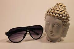 Schwarze Sonnenbrille großer Apfel und nettes Dekorweiß und -gold geht voran Stockbild