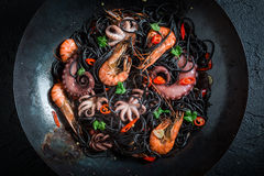 Schwarze Spaghettis mit den Meeresfrüchten kochen gemacht von der Krake, Tigergarnelen Lizenzfreie Stockbilder