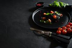 Schwarze Spaghettis mit Kopff??ertinte Schwarzer Hintergrund, Draufsicht, Raum f?r Text lizenzfreies stockbild