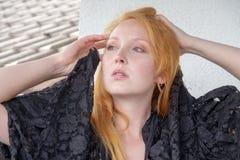 Schwarze Spitzenblicke des schönen Lärms der jungen Frau verlockend durchdacht beiseite stockfotos
