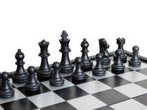 Schwarze Stücke auf einem Schachbrett stockfoto