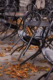Schwarze Stühle gestützt gegen Tabellen Lizenzfreies Stockfoto