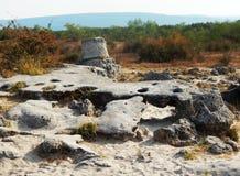 Schwarze Steine, die aus den Grund liegen stockbild