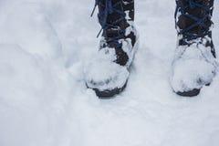 Schwarze Stiefel auf dem Schnee Stockfotografie