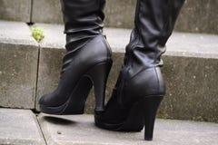 Schwarze Stiefel mit Fersen Stockfotografie