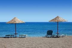 Schwarze Strand-Regenschirme - Griechenland Stockfotos
