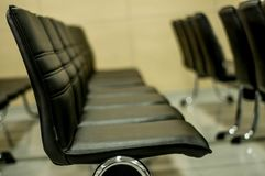 Schwarze Stuhlreihe Lizenzfreie Stockfotografie