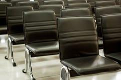 Schwarze Stuhlreihe Stockfoto