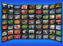 Schwarze Tabletten mit bunten Bildern auf dem Blau Lizenzfreie Stockfotografie