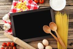 Schwarze Tafel für Menü auf braunem hölzernem Hintergrund Stockbilder