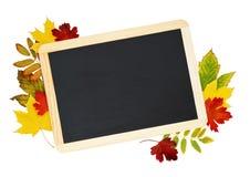 Schwarze Tafel mit bunten Blättern des Herbstes stockbilder
