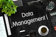 Schwarze Tafel mit Datenverwaltungs-Konzept Wiedergabe 3d Stockfotografie