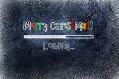 Schwarze Tafel mit Ladenstange und frohen Weihnachten gezeichnet auf sie Stockfotos