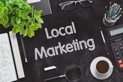 Schwarze Tafel mit lokalem Marketing-Konzept Wiedergabe 3d Stockfotos