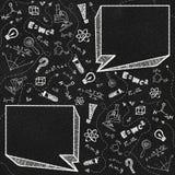 Schwarze Tafel- und Schulthemagekritzel mit zwei leeren Spracheblasen lizenzfreie stockbilder