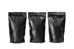Schwarze Taschen des Kaffees auf einem weißen Hintergrund Stockfotografie