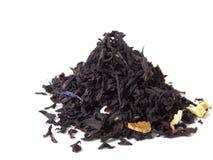Schwarze Teeblätter auf einem weißen Hintergrund Stockfoto