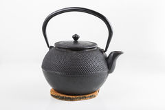 Schwarze Teekanne lokalisiert auf weißem Hintergrund lizenzfreie stockbilder
