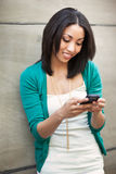 Schwarze texting Frau Lizenzfreies Stockfoto