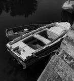 Schwarze u. weiße Fotografie eines Mittelmeerfischerbootes mit einem kleinen Boot auf Wasser in Euboea - Nea Artaki, Griechenland stockbilder