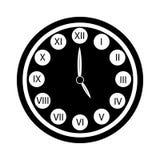 Schwarze Uhr mit Ikone der römischen Ziffern lokalisierte F?nf O `Borduhr lizenzfreie abbildung