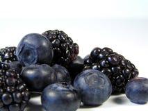 Schwarze und blaue Beeren in einem Stapel Lizenzfreies Stockfoto