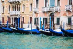 Schwarze und blaue Gondeln entlang Venedig-Kanal Lizenzfreie Stockfotos