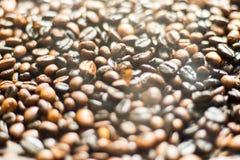 Schwarze und braune Kaffeebohnen, oben geschlossen Lizenzfreies Stockbild