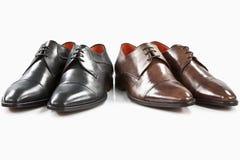 Schwarze und braune lederne Schuhe Stockbilder
