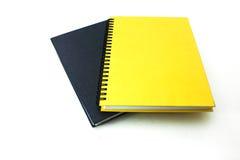 Schwarze und gelbe Bücher auf weißem Hintergrund Stockfoto