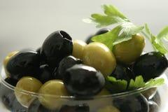 Schwarze und grüne Oliven Lizenzfreies Stockfoto
