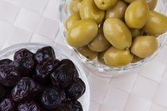 Schwarze und grüne Oliven lizenzfreie stockfotos