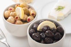 Schwarze und grüne Oliven Stockbild