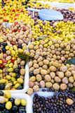 Schwarze und grüne Oliven in einem französischen Markt in Paris, Frankreich lizenzfreie stockfotografie