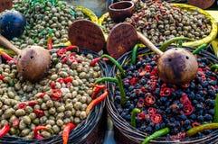 Schwarze und grüne Oliven mit roten Pfeffern und Tomatenscheibe an einem Franc stockfotografie
