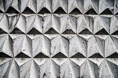 Schwarze und graue Mosaikfliesen ausgebreitet in einem geometrischen Würfelmuster Lizenzfreie Stockfotos