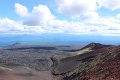 Schwarze und rote Asche, Tal von Hügeln, nach vulkanischer Eruption Stockbild